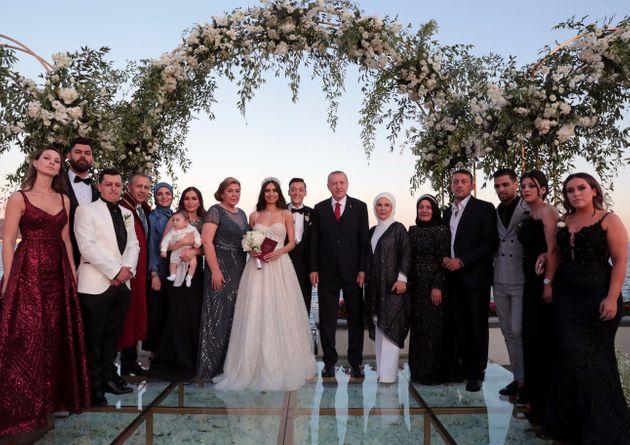 بالصور.. أوزيل يتجاهل الانتقادات ويتزوج بحضور أردوغان