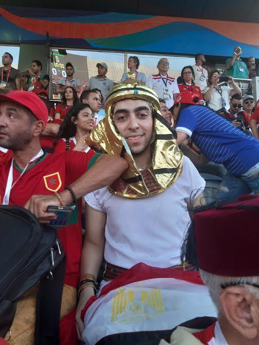 مصريون يشجعون الأسود بزي الفراعنة