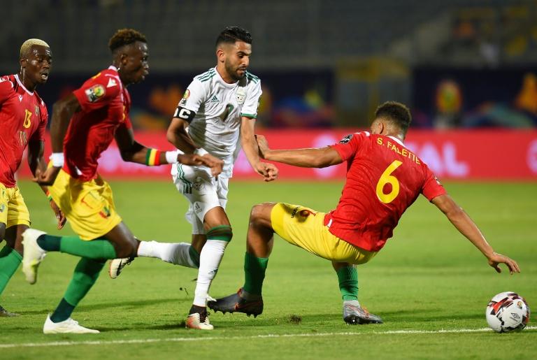 الجزائر الى ربع النهائي بثلاثية ثانية تواليا