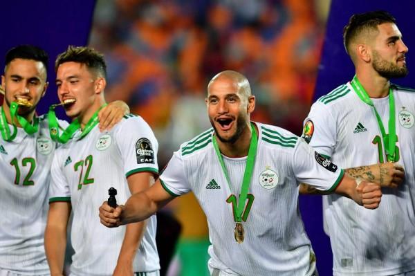 لاعب منتخب الجزائر يؤيد فكرة تأجيل أو إلغاء كأس افريقيا للأمم
