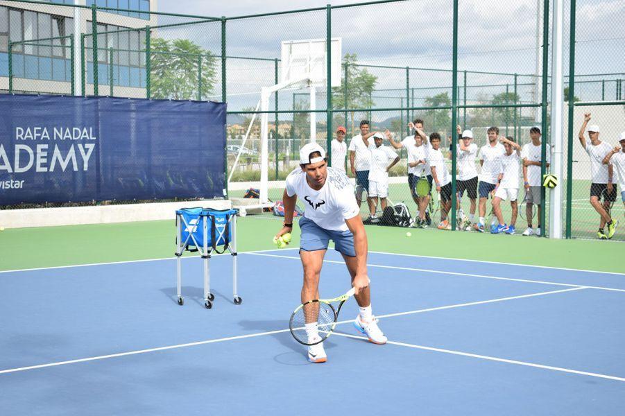 نادال يقود مبادرة لتنظيم معسكرات لمساعدة عدد من لاعبي كرة المضرب