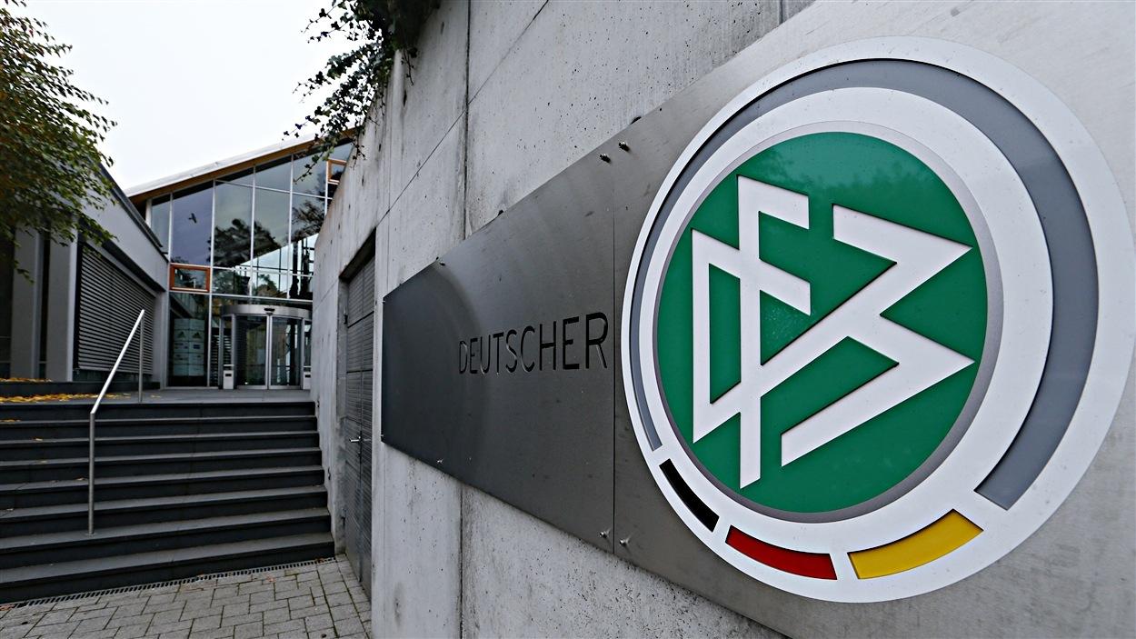 الجامعة الألمانية لكرة القدم توجه تحذيرا لثلاثة أندية لانتهاكها بروطوكول الحماية من كورونا