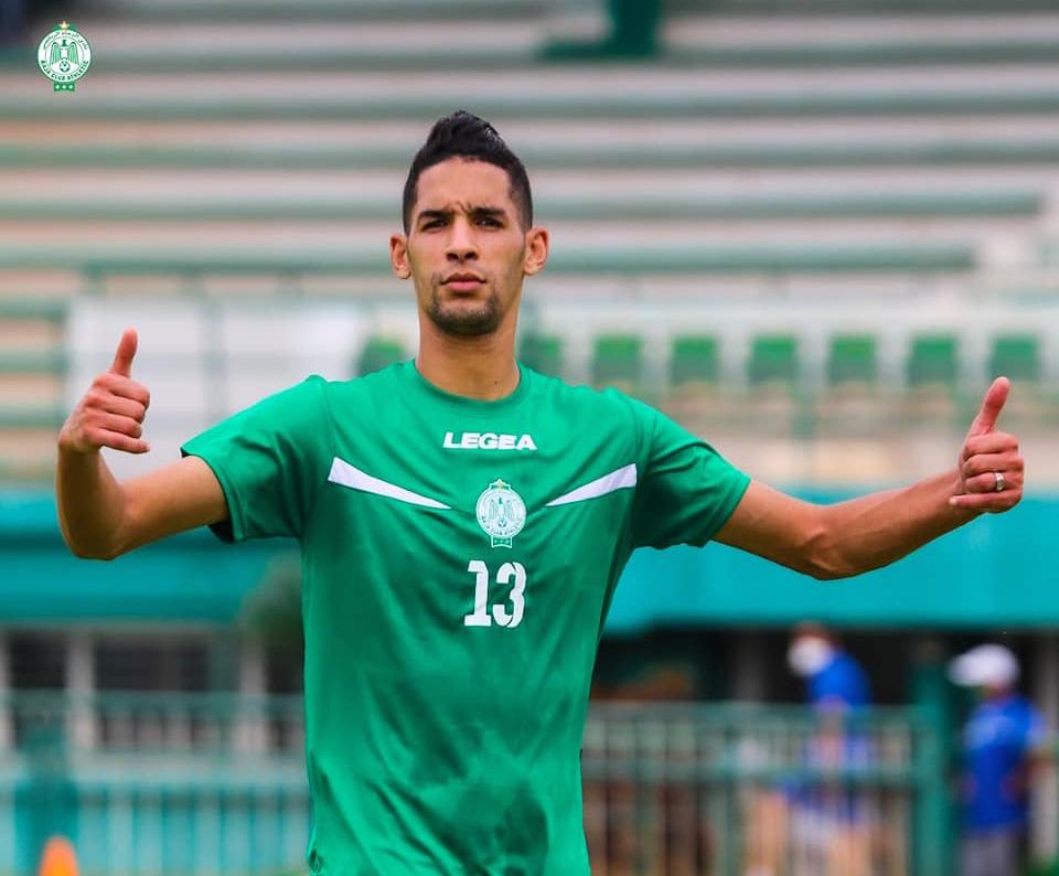 الأهلي فضل بانون على مدافع المنتخب الجزائري وسيصبح الأعلى أجرا