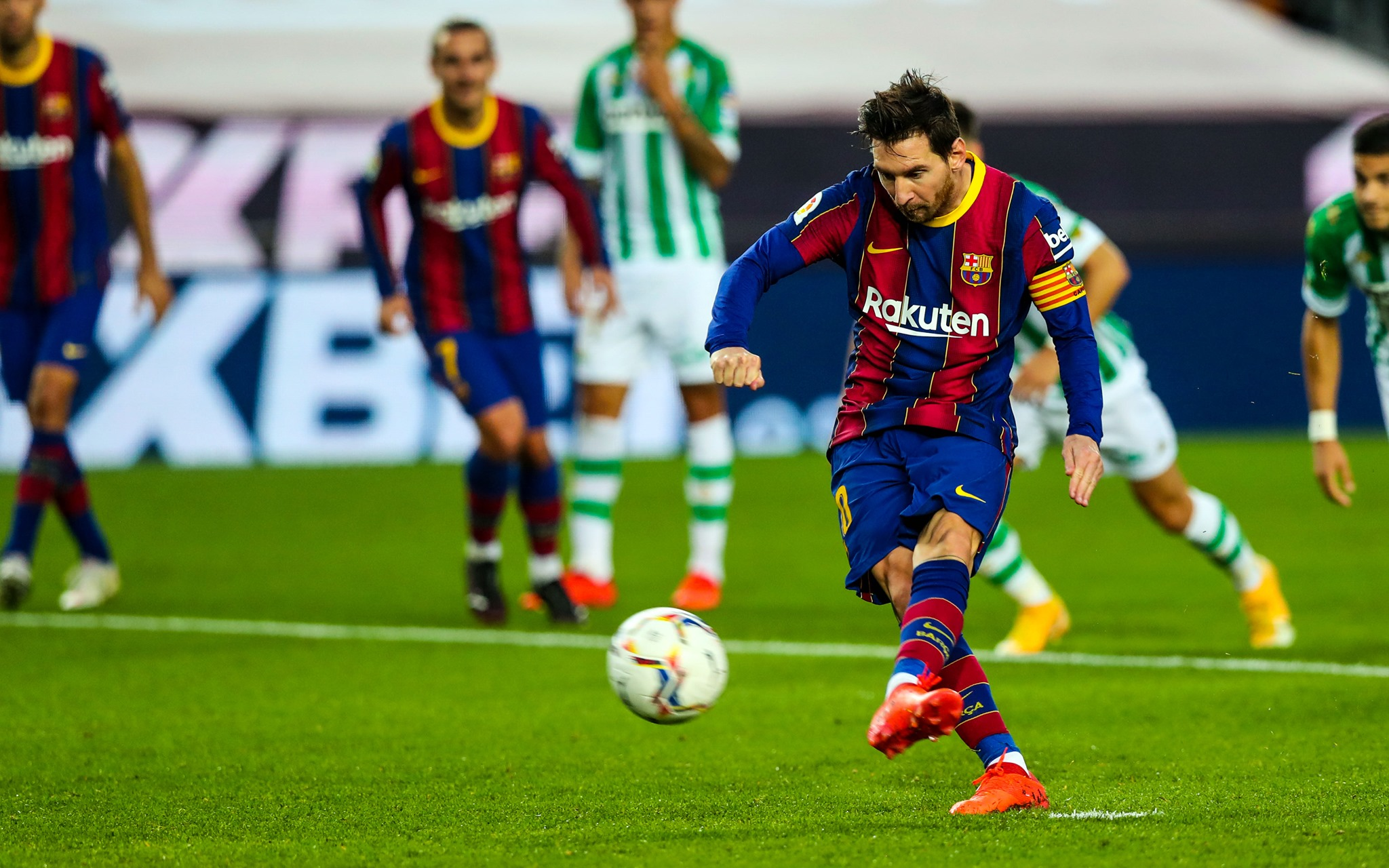 كومان غير واثق من مستقبل ميسي مع برشلونة