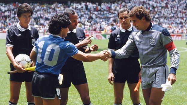 تزايد الاهتمام باقتناء قميص مارادونا خلال مباراة الأرجنتين-انجلترا لمونديال-1986