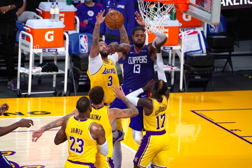 البطولة الأمريكية لكرة السلة: نادي كليبرز يتفوق على غريمه ليكرز في اليوم الافتتاحي