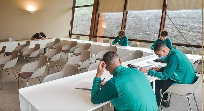 فتيان المغرب يوصلون دراستهم عن بعد  بالموازة مع التداريب