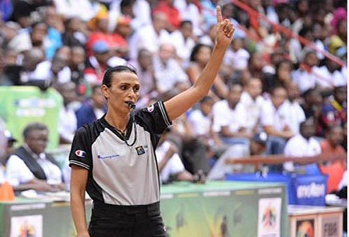 شاهيناز بوستة.. حكم (ة) مغربية شقت طريقها بتوأدة إلى ملاعب كرة السلة العالمية